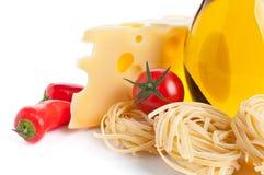 Ingredientes para los tallarines de las pastas que se preparan en blanco Fotos de archivo libres de regalías