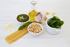 Ingredientes para a manjericão Pesto Foto de Stock Royalty Free
