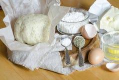 Ingredientes para a massa: ovos, farinha, manteiga, sal Fotos de Stock Royalty Free