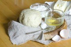 Ingredientes para a massa: ovos, farinha, manteiga, sal Fotografia de Stock