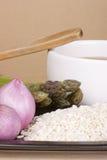 Ingredientes para o arroz com espargos fotografia de stock