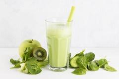 Ingredientes para o batido: espinafres, quivi, maçã, aipo em um whit Imagem de Stock