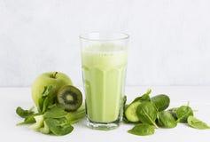 Ingredientes para o batido: espinafres, quivi, maçã, aipo em um whit Fotos de Stock