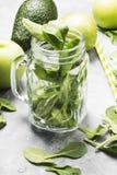 Ingredientes para o batido verde - maçãs, espinafres, aipo, abacate em um fundo claro Imagens de Stock Royalty Free