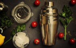 Ingredientes para o Bloody Mary alcoólico do cocktail da preparação, imagens de stock