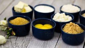 Ingredientes para o bolo de queijo, em uma bacia Fotografia de Stock