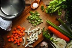 Ingredientes para o caldo vegetal na tabela de madeira Fotografia de Stock Royalty Free