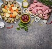 Ingredientes para o guisado com peru e beira dos vegetais, lugar para o fim rústico de madeira da opinião superior do fundo do te Fotografia de Stock Royalty Free
