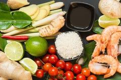 Ingredientes para o kung picante tailandês autêntico da sopa Tom-yum O cal, o galangal, o pimentão vermelho, o tomate de cereja,  imagem de stock royalty free