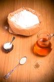 Ingredientes para o pão com açafrão: farinha, água do açafrão, fermento Imagens de Stock