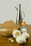 Ingredientes para o pão de alho com petróleo verde-oliva Foto de Stock Royalty Free