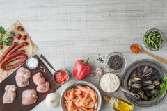 Ingredientes para o paella na opinião de tampo da mesa branca Fotografia de Stock Royalty Free