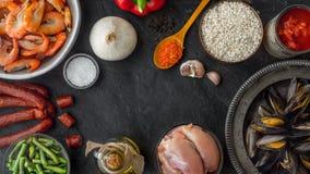 Ingredientes para o paella na tabela de pedra escura horizontal Imagens de Stock Royalty Free