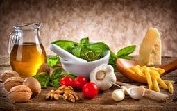 Ingredientes para o Pesto fotografia de stock royalty free