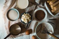 Ingredientes para o tiramisu na opinião superior do fundo de madeira branco Fotos de Stock Royalty Free