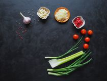 Ingredientes para os espaguetes em um fundo preto copie o espaço para seu texto Fotos de Stock