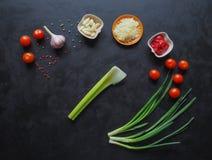 Ingredientes para os espaguetes em um fundo preto copie o espaço para seu texto Fotos de Stock Royalty Free