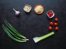 Ingredientes para os espaguetes em um fundo preto copie o espaço para seu texto Imagens de Stock