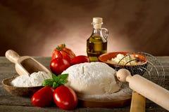 Ingredientes para a pizza caseiro fotografia de stock