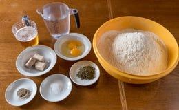 Ingredientes para a preparação da pizza Fotos de Stock Royalty Free
