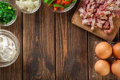 Ingredientes para preparar a omeleta com bacon e vegetais imagem de stock royalty free