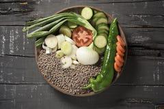 Ingredientes para preparar um guisado da lentilha do vegetariano Fotos de Stock Royalty Free