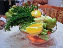 Ingredientes para a salada da dieta, as ma??s e o aipo e cenouras frescas imagens de stock