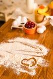 Ingredientes para a sobremesa na tabela de madeira da cozinha, cozinhando, receita Imagens de Stock Royalty Free