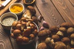 Ingredientes para a sopa de cogumelo em uma tabela de madeira, dois tipos dos cogumelos, especiarias Foto de Stock Royalty Free