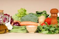 Ingredientes para a sopa italiana típica do minestrone imagens de stock