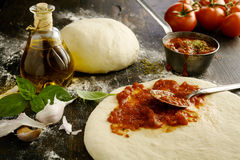 Ingredientes para uma pizza italiana caseiro deliciosa foto de stock royalty free