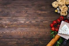 Ingredientes para uma receita italiana da massa na madeira rústica Fotografia de Stock Royalty Free