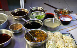 Ingredientes para uma sopa de macarronete asiática picante Foto de Stock
