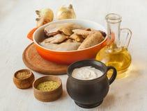 Ingredientes para un guisado de pollo en crema agria Fotos de archivo libres de regalías