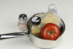 Ingredientes para una receta de la quinoa en una cacerola Imagenes de archivo