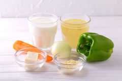 ingredientes Pimenta de Bell, cenoura, cebola, boullion, leite, fleur, imagens de stock royalty free