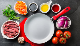 Ingredientes pour faire cuire le saltado péruvien de Lomo de plat - boeuf de filet, légumes autour de la casserole blanche Vue de Images stock