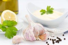 Ingredientes principais do alho aromático para preparar o molho de aioli Imagens de Stock Royalty Free