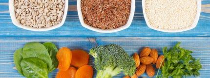 Ingredientes que contienen el calcio y la fibra dietética, concepto de nutrición sana foto de archivo