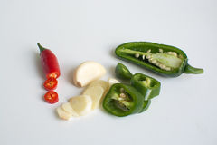 Ingredientes quentes para cozinhar - pimentões do birdseye, alho, jalapeno Fotografia de Stock