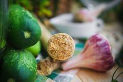 Ingredientes rodeados de la raíz de rábano picante del primer que conservan en vinagre el cucumbe imagenes de archivo
