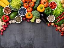 Ingredientes sanos de la consumición: verduras frescas, frutas y superfood Nutrición, dieta, concepto de la comida del vegano foto de archivo