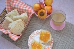 Ingredientes sanos del desayuno Cuenco de granola de la avena desayuno sabroso fresco hermoso en la tabla Tostada del pan blanco imagen de archivo