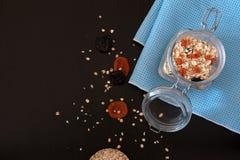 Ingredientes sanos del desayuno Granola hecho en casa en tarro de cristal abierto Endecha del plano de la visi?n superior imágenes de archivo libres de regalías