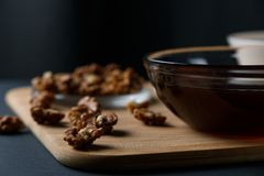 Ingredientes sanos del desayuno: miel, nueces, harina de avena fotografía de archivo libre de regalías
