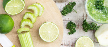 Ingredientes saudáveis da bebida na tabela de madeira branca Imagens de Stock Royalty Free