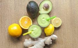 ingredientes saudáveis disparados Abacate-gengibre dos batidos da bebida do poder Imagens de Stock