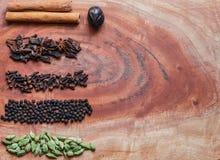 Ingredientes t?picos para gr?os de pimenta de um preto do masala do garam, macis, canela, cravos-da-?ndia, e o cardamomo verde em fotografia de stock royalty free