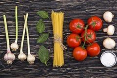 Ingredientes Tomates, pastas, ajo, albahaca, champiñón y sal Imágenes de archivo libres de regalías