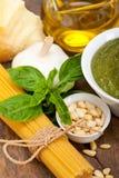 15921287 ingredientes tradicionais italianos da massa do pesto da manjericão imagens de stock